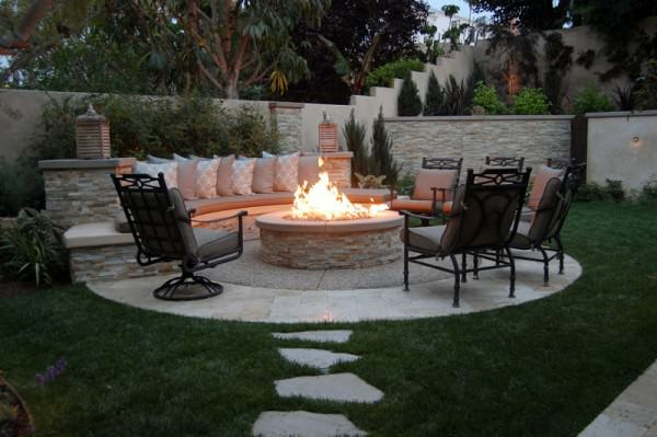 The Winns – Sitting bench wrapped around a fire pit