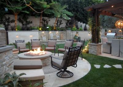 The Winns - Sit by the fire or in the hot tub, dine at the table or command the bbq